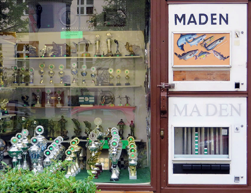 maden-automat-maggot-vending-machine-berlin