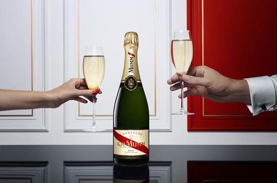 champagne mumm Cordon Rouge moodshot toasting full zise